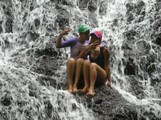 Dos chicas de allí, posan con agrado en la Cáscada de Río Limpioen la Cascada