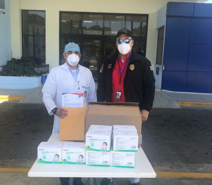 Algunas de las cajas de mascarillas donadas por González Estrada.