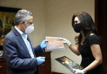 Claudia Franchesca de los Santos entrega un ejemplar de los planes para la solución de movilidad de Santo Domingo Este a Manuel Jiménez, alcalde de ese municipio.