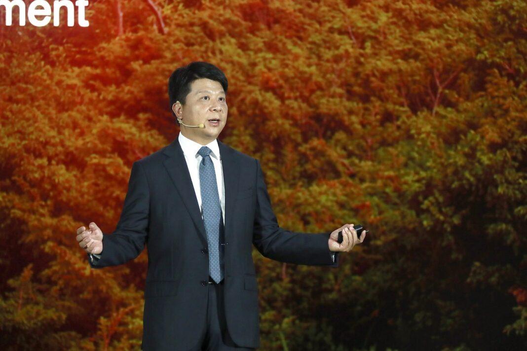 Guo Ping, presidente rotativo de Huawei, pronuncia su discurso