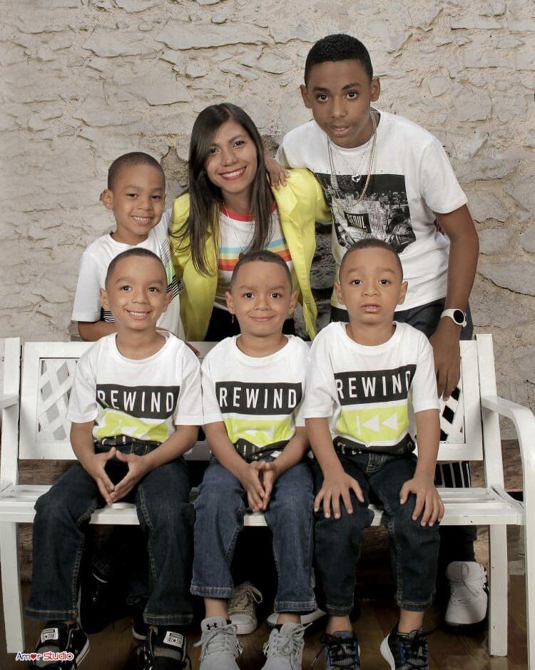 La joven madre, Alianny Abreu, junto a sus cinco hijos.
