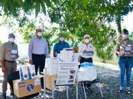 Personal de Falcondo hace entrega de donativo de insumos de protección para el personal médico que lucha contra el conronavirus en Monseñor Nouel.