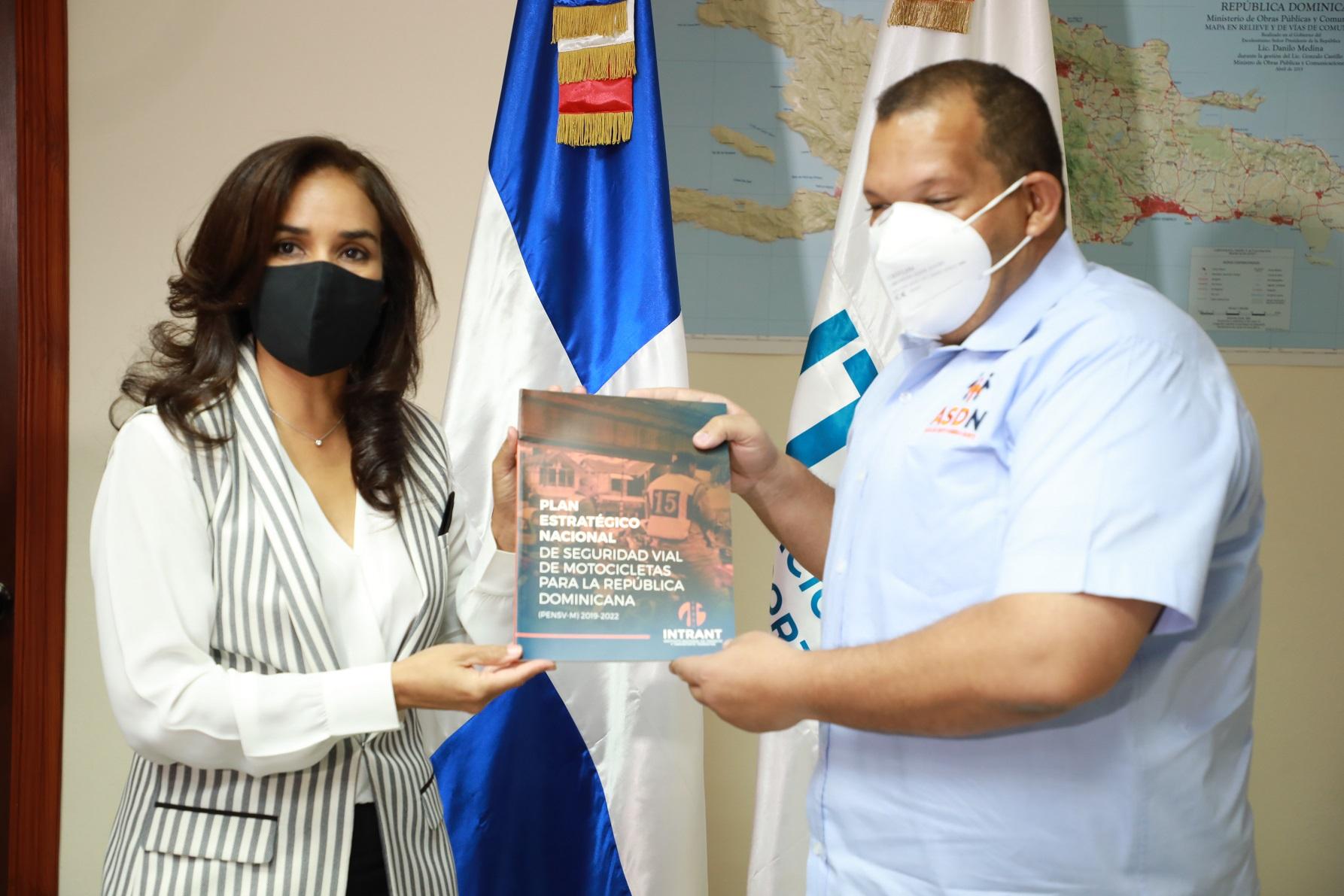 Claudia Franchesca de los Santos presenta el Plan de Movilidad Urbana Sostenible del Gran Santo Domingo (PMUS) al alcalde de Santo Domingo Norte Carlos Guzmán.