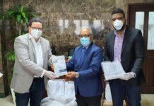 Amaury Abreu, gerente Sicpa Dominicana, entrega donación al ministro de Salud Pública, Rafael Sánchez Cárdenas