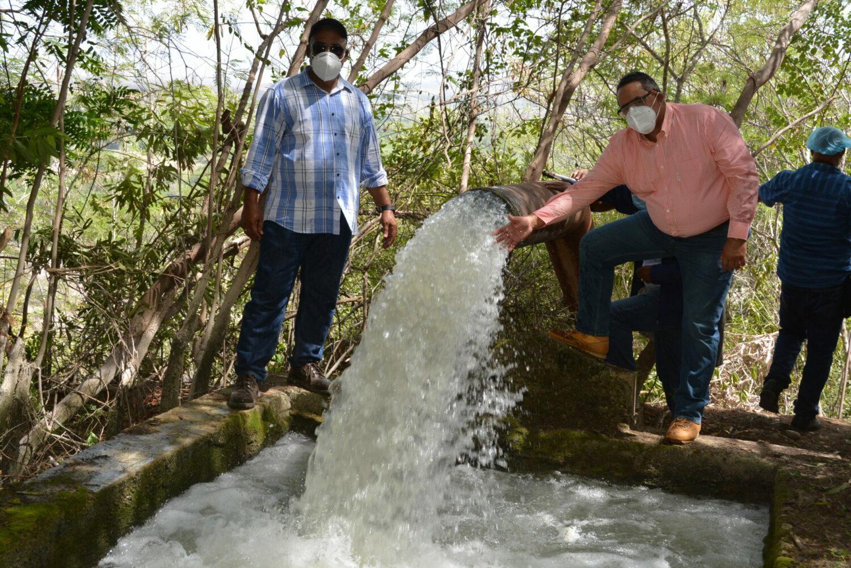 El Gobierno entregó dos electrobombas en Vicente Noble para regar tierras donde se cosechan pitahaya y otros rubros.