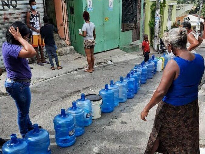 Una jornada de distribución agua en barrios de la circunscripción número 3 del Distrito Nacional que realiza el proyecto Sandra Fernández Diputada.