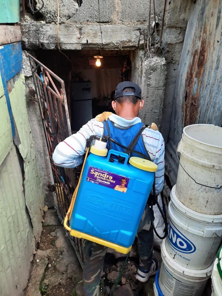Cada día el equipo de fumigación del proyecto Sandra Fernández Diputada aporta a la salud de los residentes en la circunscripción número 3 del Distrito Nacional manteniendo desinfectadas, casas, calles y callejones.