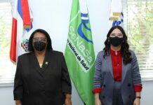 Las titulares de ambas instituciones, Mercedes Rodríguez Silvr y Kenia Lora Abreu, tras la firma del acuerdo.
