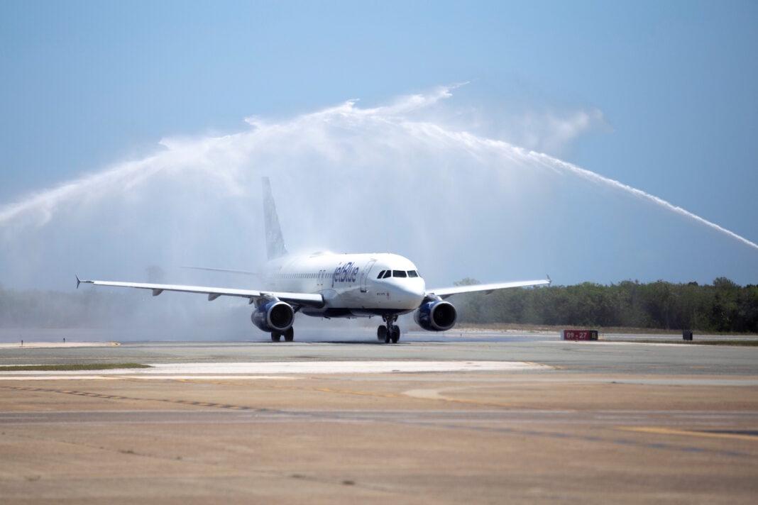 Uno de los primeros vuelos en llegar al Aeropuerto Internacional de Punta Cana fue de la aerolínea Jet Blue.