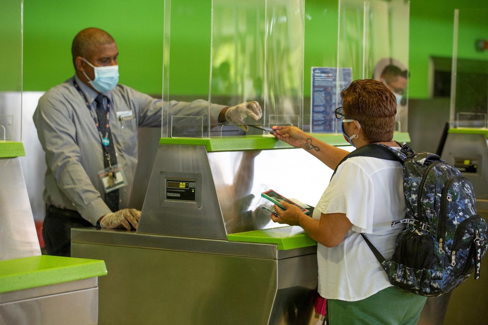 los protocolos de seguridad y salud del PUJ, siguen los parámetros de las organizaciones rectoras de los sectores aeronáutico y de salud nacionales e internacionales