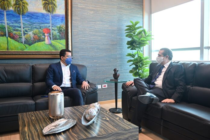 David Collado, nuevo ministro de Turismo, junto a Francisco Javier García, funcionario cesante.