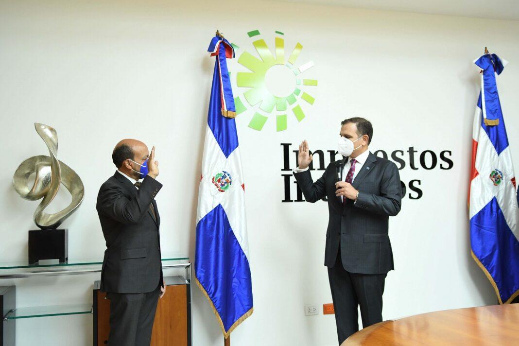 Luis Valdez mientras es juramentado por el ministro de Hacienda, Jochi Vicente.