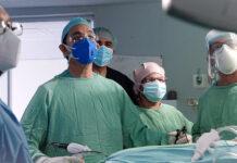 Urólogo Pablo Mateo (centro) junto a los doctores Domínguez Cabral, Falconeys Pimentel, Fausto Mejía y la doctora Colón.