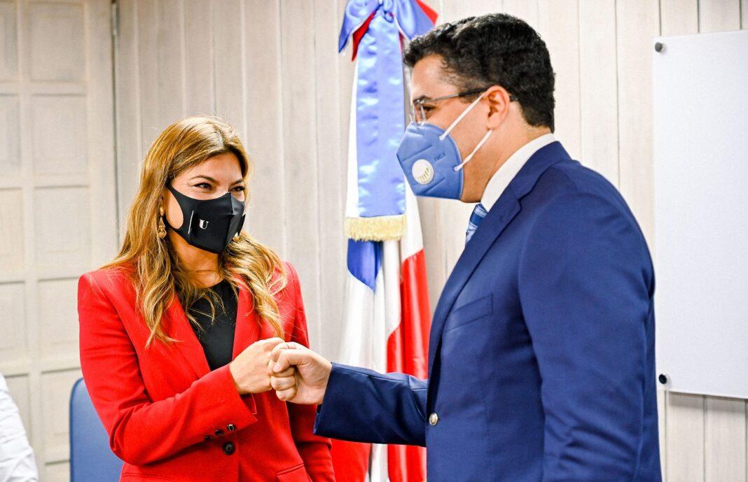 Paola Rainieri y David Collado se saludan a la llegada del funcionario a la sede de Asonahores.