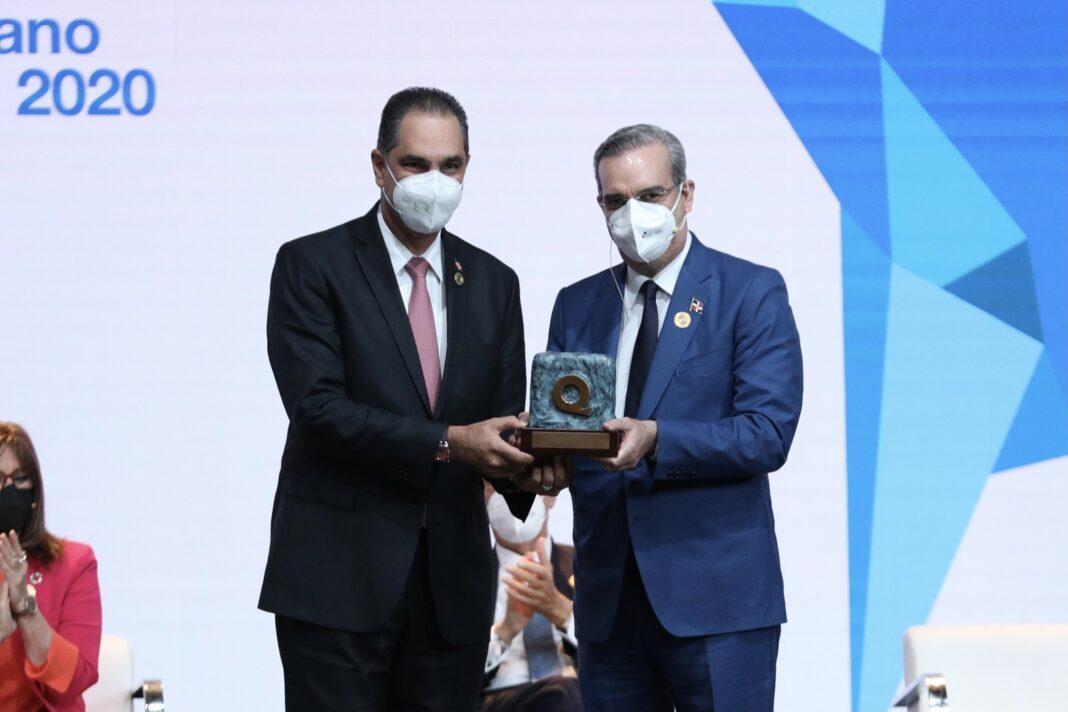 El presidente de la República, Luis Abinader, entrega al director ejecutivo de SeNaSa, doctor Santiago Hazim, el galardón de Oro del Premio Iberoamericano de la Calidad.