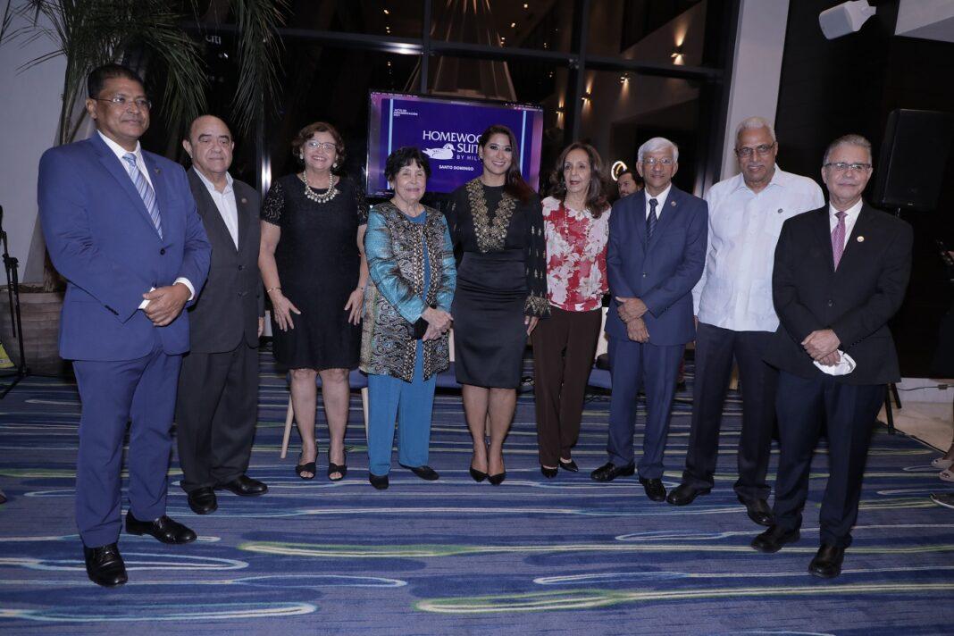 Yenny Polanco Lovera junto a pasados presidentes de Adompretur.